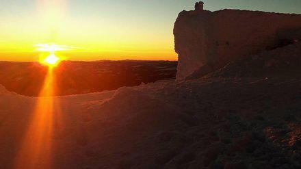 Захоплює подих: як виглядає зимовий світанок на одній з найвищих гір Карпат