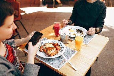 Чому прийом їжі без гаджетів зробить вас щасливішими