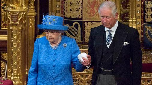 Елизавета II не собирается отдавать престол принцу Чарльзу. По крайней мере сейчас