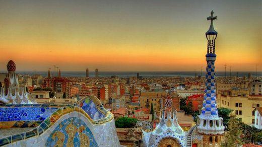 Барселона — город-праздник архитектуры, музыки, кухни и футбола