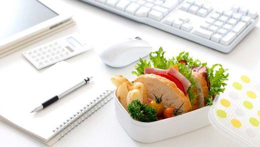 Сколько лишних калорий набирают женщины на рабочем месте: впечатляющая цифра