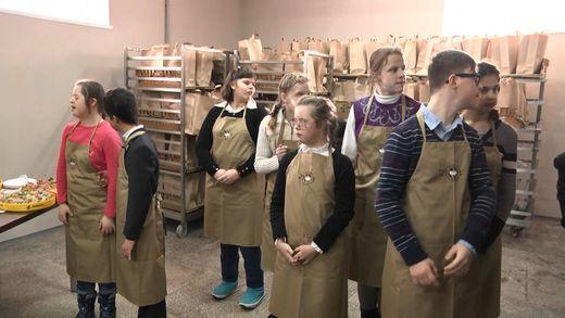 Під Києвом відкрили пекарню, де працюватимуть люди із синдромом Дауна