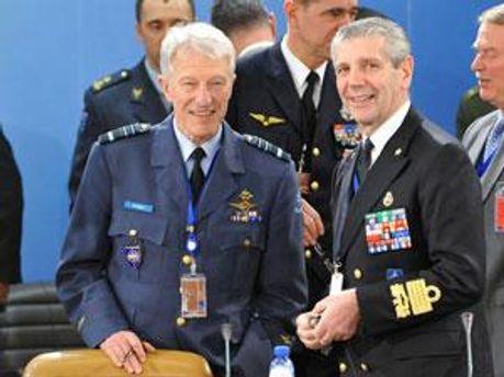 Генерал-лейтенант Джо Годдеріж (зліва)