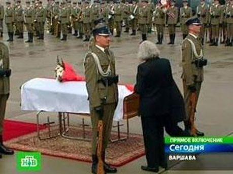 Труна з тілом Марії Качинської в аеропорту Варшави
