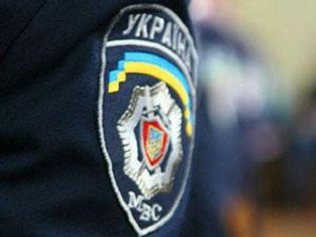 Міліціонери знащались над затриманими