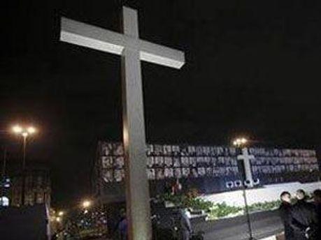 На площі споруджено спеціальний подіум, в центрі якого стоїть хрест