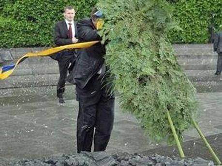 Момент, коли на Януковича падає вінок
