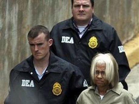 Джуліанна Ферейт під конвоєм бійців DEA