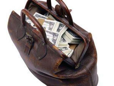 В сумці виявили 15 тис. дол. та 10 тис. грн.