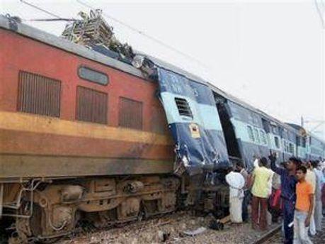 В Індії поїзд зійшов з рейок, а потім в його варони врізався товарни1 поїзд