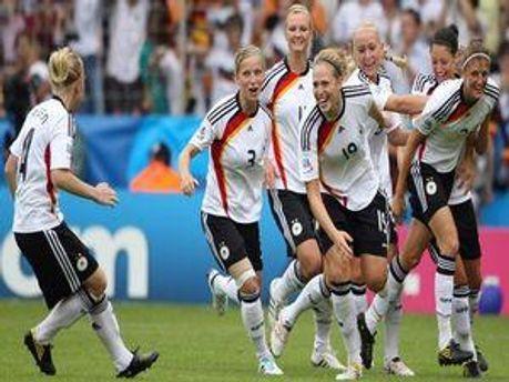 Німецька збірна святкує другий гол