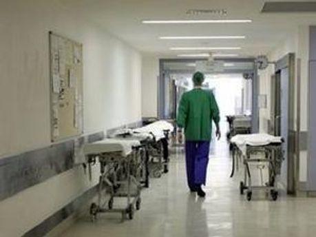 У Швеції чоловік сам собі зашив рану, прочекавши лікарів цілу годину