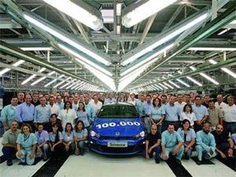 Працівники заводу і 100-тисячний Scirocco