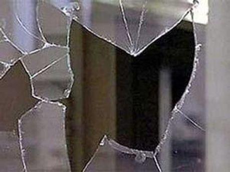 Вибух пошкодив простінок між кімнатою і коридором та балконі вікна.