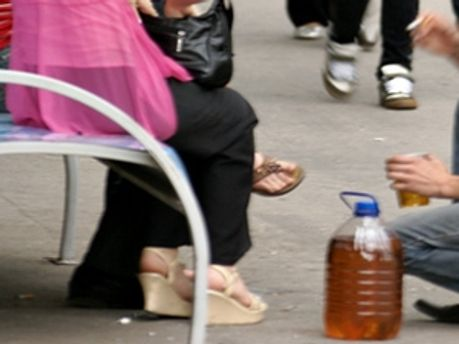 Молодого чоловіка посадили за розпивання пива в громадських місцях