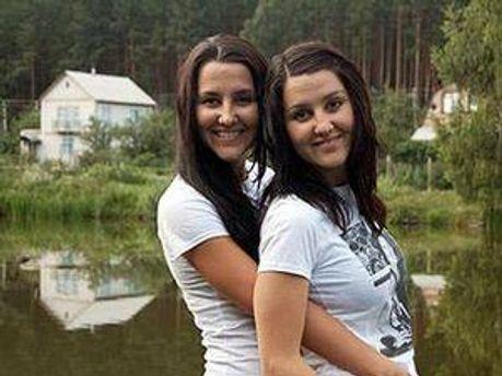 Алія Аскарова, яка загинула в ДТП (ліворуч) та її сестра Лілія