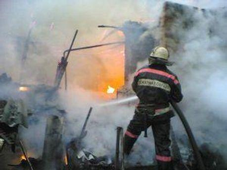 Пожежники борються з вогнем