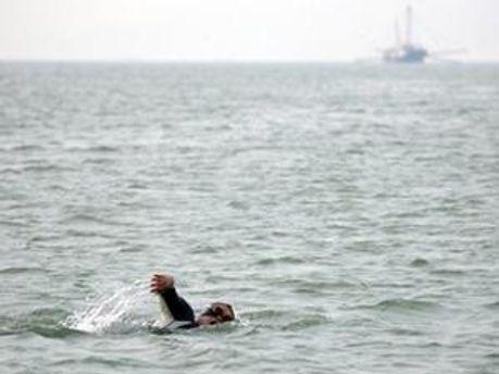 За умовами запливу жінка не мала права доторкнутись до човна, який її супроводжував