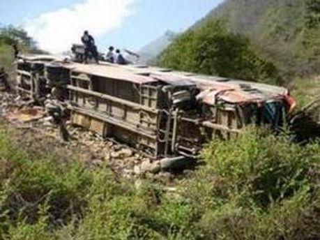 Шестеро людей загинули внаслідок падіння автобуса у прірву, ще 13 — у важкому стані