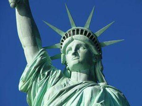 Легендарна статуя Свободи стоїть у Нью-Йорку