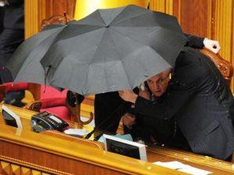 Володимир Литвин під парасолькою