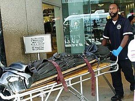 Поліцейські везуть тіло 17-річної Ніколь Джон