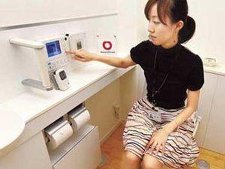 Працівник Daiwa House демонструє можливості суперрозумного туалета