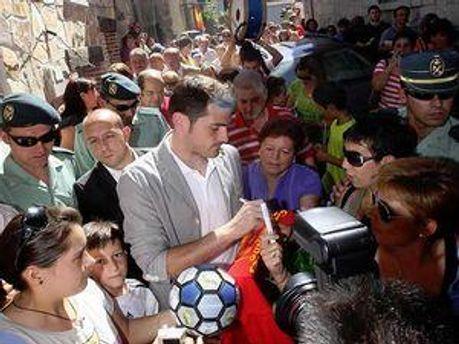 Ікер Касільяс під час свята у рідному селі