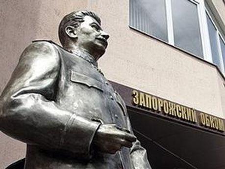 Невідомі вночі підірвали пам'ятник Сталіну у Запоріжжі