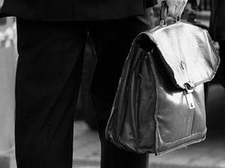 Невідомий викрав портфель у священика