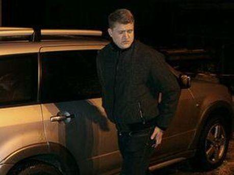 На лобовому склі позашляховика розміщений спецпропуск, виданий керівником апарату Верховної Ради