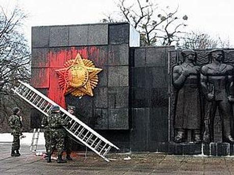 У грудні вандали облили монумент фарбою