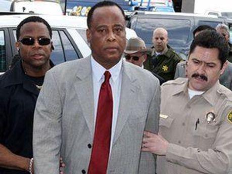 Лікаря Конрада Мюррея звинувачують у ненавмисному вбивстві Джексона в червні 2009 року