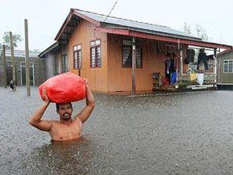 Вода перетворила місто Сегамат на острів