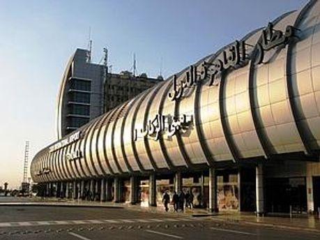 В аеропорту Каїру зібрались багато людей, які хочуть якнайшвидше покинути країну