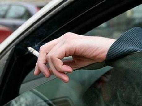 Водіям заборонять курити за кермом автомобіля