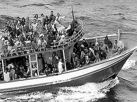 Судно із іммігрантами потрапило в шторм