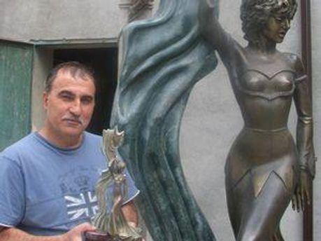 У 2006 році скульптор Сефайддін Гурбанов створив бронзову скульптуру Л. Гурченко