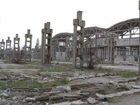 Руїни заводу залізобетонних напірних труб в Єнакієво