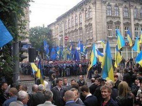 Протест возле Дворца железнодорожников
