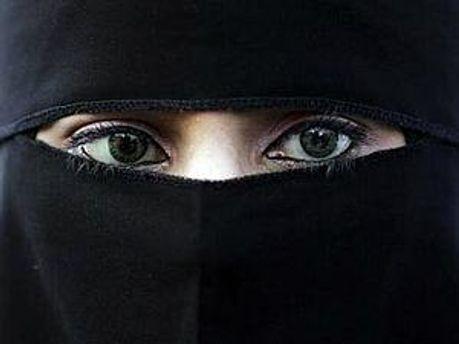 У Франції відбулись перші арешти жінок у паранджі