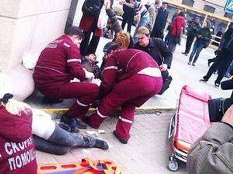 Врачи оказывают помощь пострадавшим от взрыва в минском метро