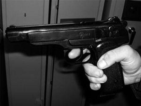 Чоловік двічі вистрілив у дівчину