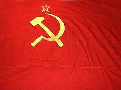 Комуністи принесли червоний прапор