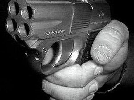 Милиционера заставили применить спецсредство для стрельбы резиновыми пулями