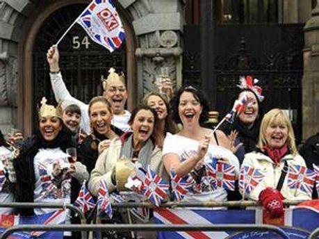 Жители Лондона праздновали вместе с королевской семьей