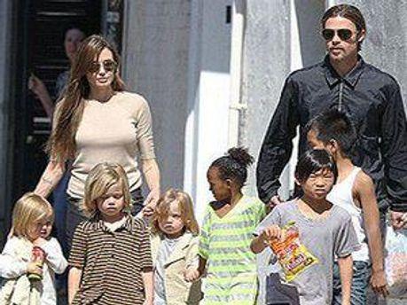 Супруги Пит и Джоли с детьми