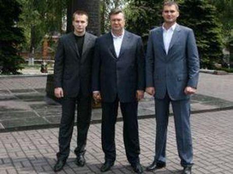 Отец Янукович и его сыновья