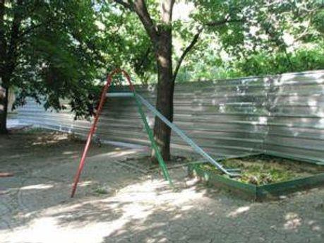 Подвір'я поблизу будівництва