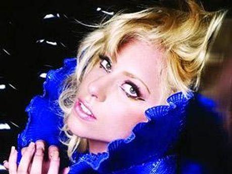 Леді Гага співає